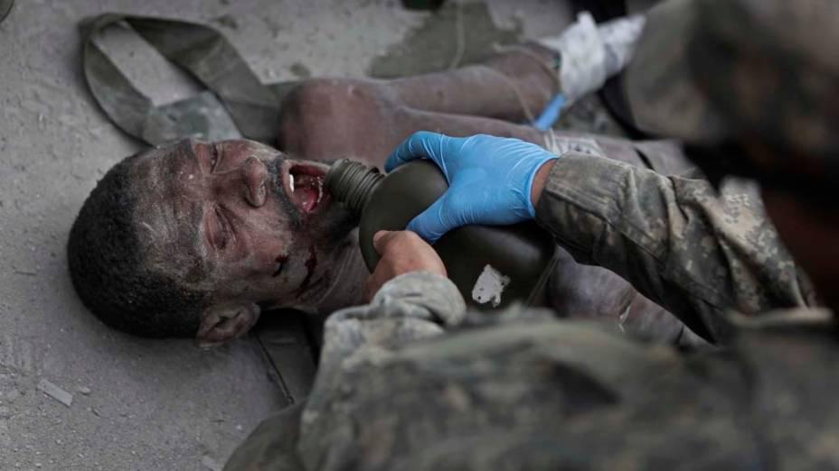 Em 26 de janeiro, 14 dias após o terremoto, este homem foi encontrado com vida em meio aos escombros