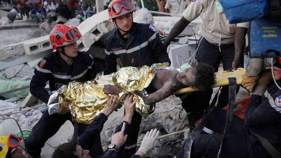 Equipe de resgate retira menina de escombros 15 dias após o terremoto que devastou o Haiti. No dia 12 de janeiro, um abalo sísmico de magnitude 7 devastou a capital, Porto Príncipe, matando mais de 200.000 pessoas