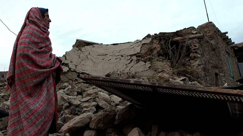 Mulher iraniana observa estragos causados por terremoto, de magnitude 5.5, que matou cinco pessoas em Birjand, Irã