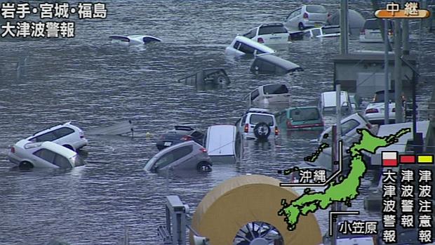 Imagem da emissora japonesa NHK mostra carros boiando após terremoto e tsunami desta sexta-feira na cidade de Miyagi.