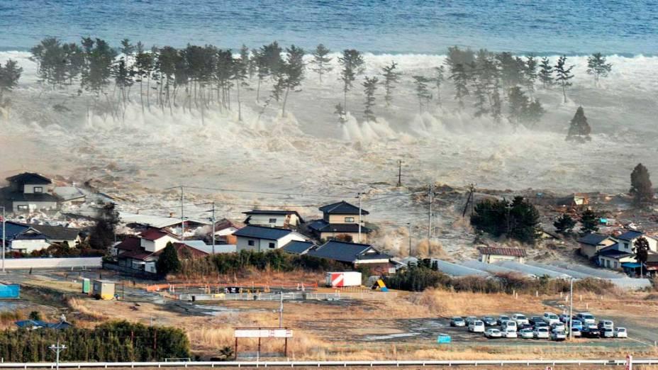 Tsunami em Natori após o tremor causado pelo terremoto de 8,9 graus na tarde desta sexta-feira, Japão