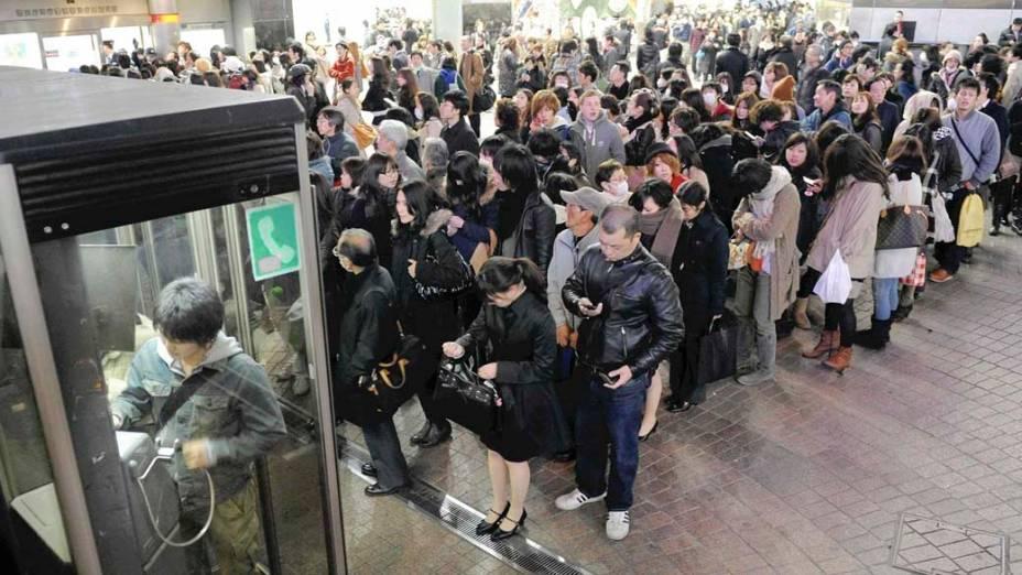 Fila para usar telefone público em Tóquio, Japão, após o tremor causado pelo terremoto de 8,9 graus na tarde desta sexta-feira