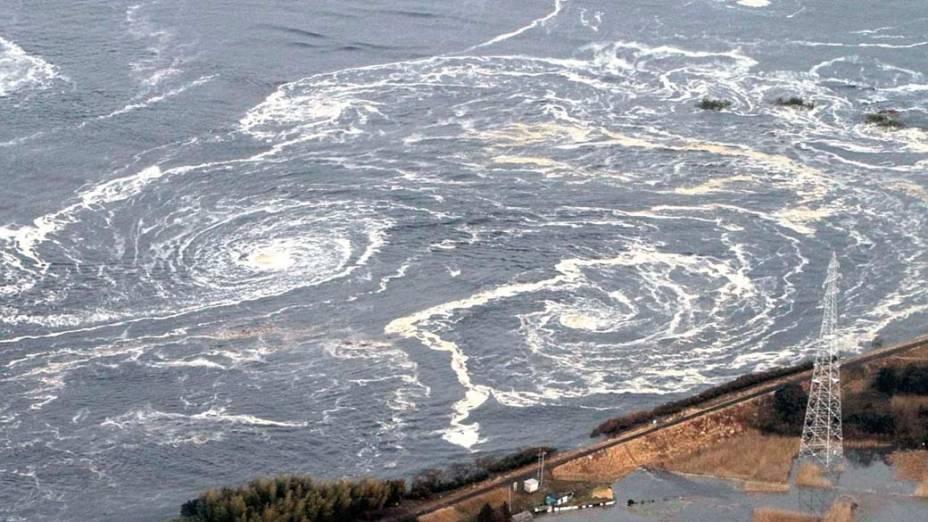 Redemoinhos depois de um tsunami em Iwaki após o tremor causado pelo terremoto de 8,9 graus na tarde desta sexta-feira, Japão