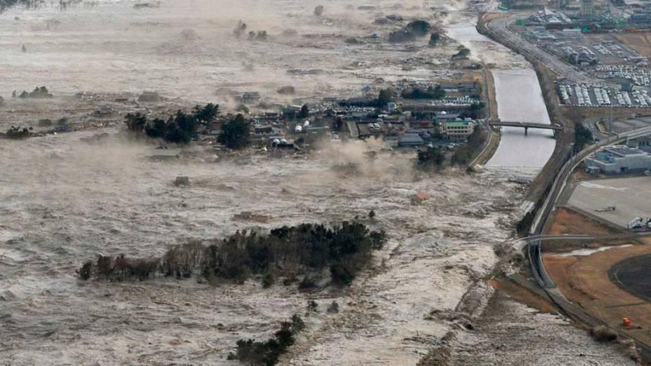 Tsunami em Iwanuma após o tremor causado pelo terremoto de 8,9 graus na tarde desta sexta-feira, Japão