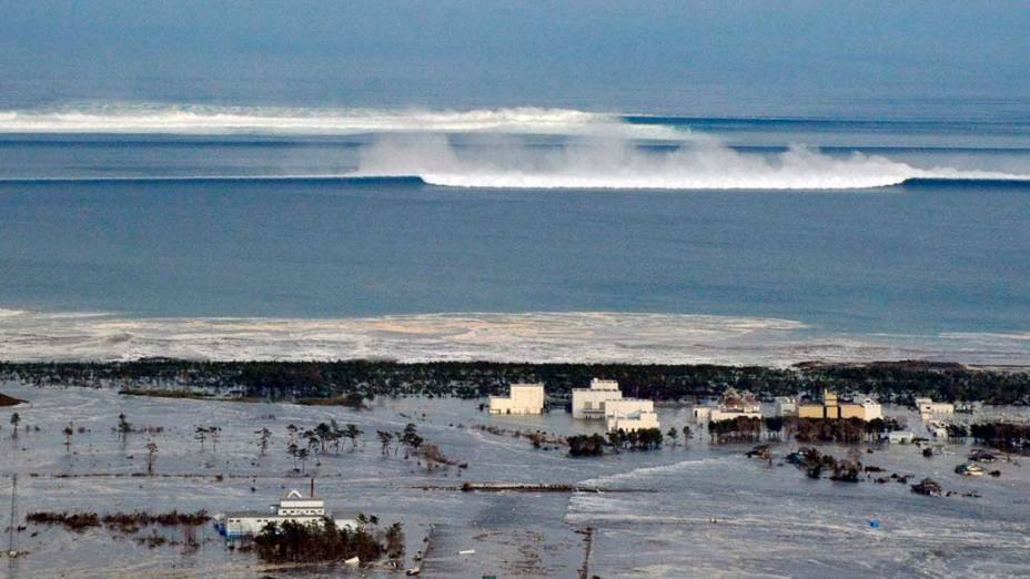Formação de tsunami na costa de Natori após o tremor causado pelo terremoto de 8,9 graus na tarde desta sexta-feira, Japão