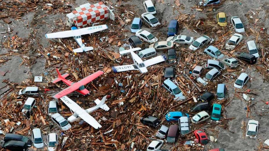 Carros e aviões no aeroporto de Sendai, Japão