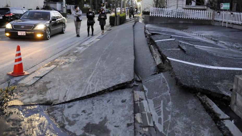 Rua na cidade de Urayasu afetada pelo terremoto, Japão
