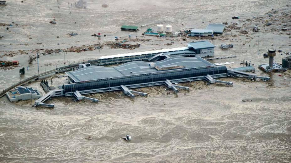 Aeroporto da cidade de Sendai alagado depois do tsunami ocasionado pelo terremoto de 8,9 graus na tarde desta sexta-feira, Japão