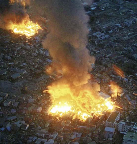 Incêndio na cidade de Yamada depois do terremoto de 8,9 graus na tarde desta sexta-feira, Japão