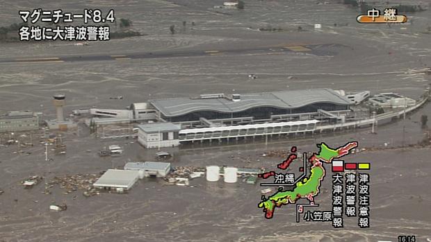 Tsunami atinge aeroporto da cidade de Sendai, no Japão, após terremoto de 8,8 graus na tarde desta sexta-feira.
