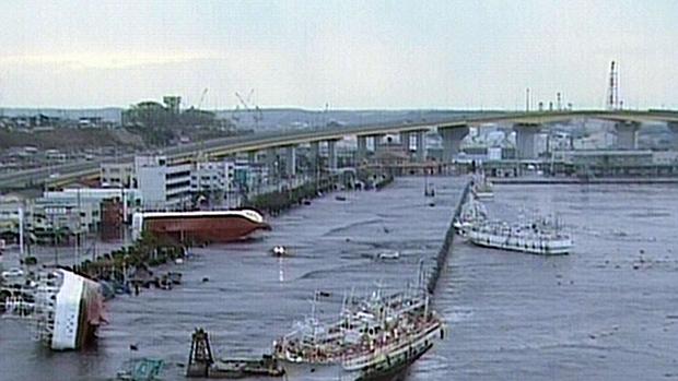 Porto da cidade de Aomori é devastado após passagem de tsunami na tarde desta sexta-feira.
