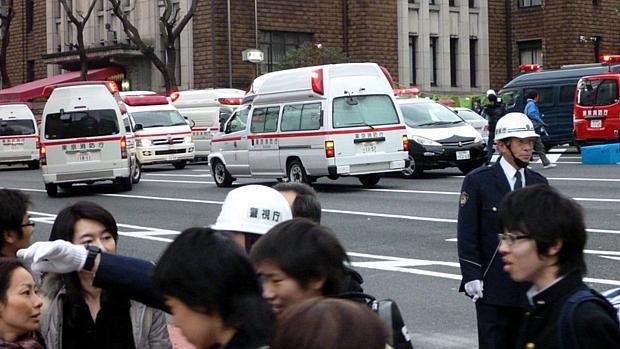 Ambulâncias dão assistência à população da capital Tóquio após terremoto de 8,9 graus, o pior que o Japão sofreu nos últimos 140 anos.