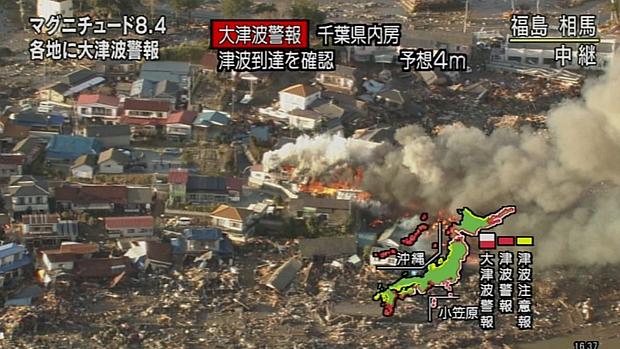 Imagem capturada da televisão japonesa mostra destruição causada pelo terremoto na cidade de Fukushima.