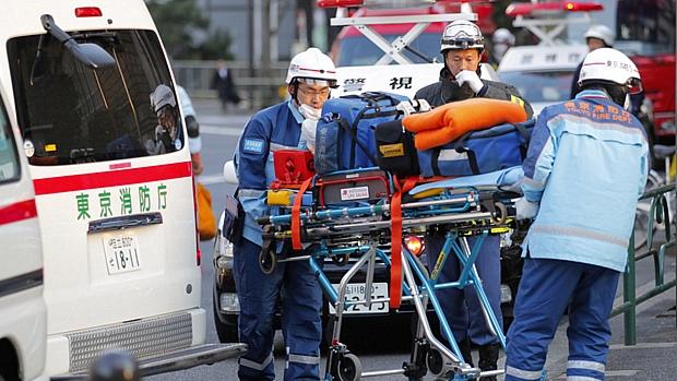Ambulância resgata morador de um edifício atingido pelo terremoto em Tóquio: pior tremor dos últimos 140 anos.