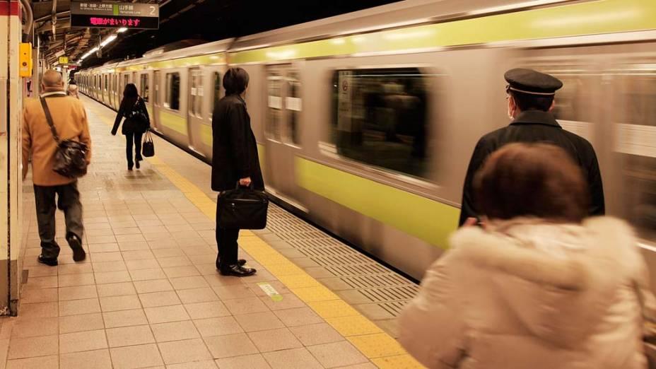 Plataforma da estação de trem de Harajuku em Tóquio, Japão