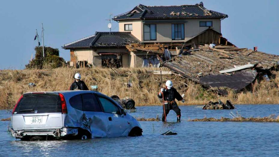 Equipes de resgate em Yamamoto, Japão