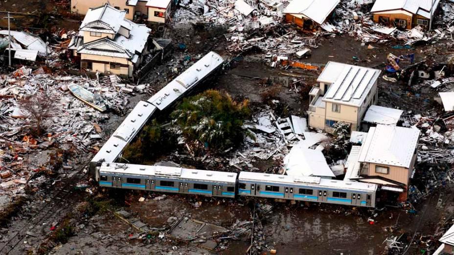 Destruição e trem arrastado pelo tsunami em Kisenuma, Japão