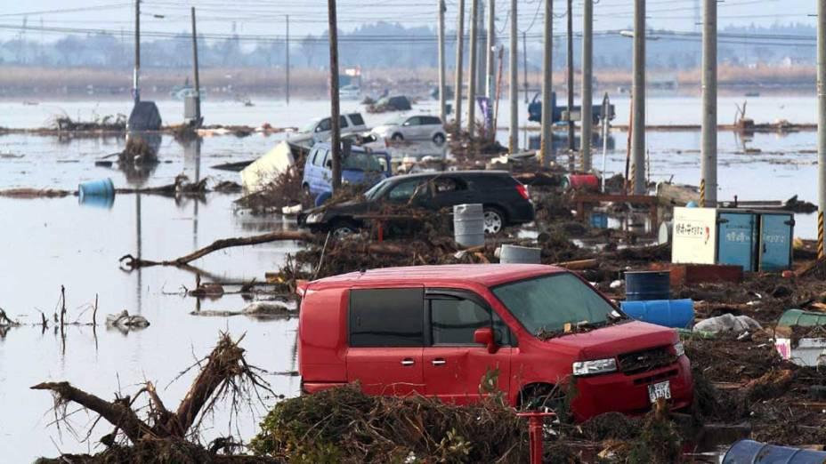Destruição após tsunami em Sendai, Japão
