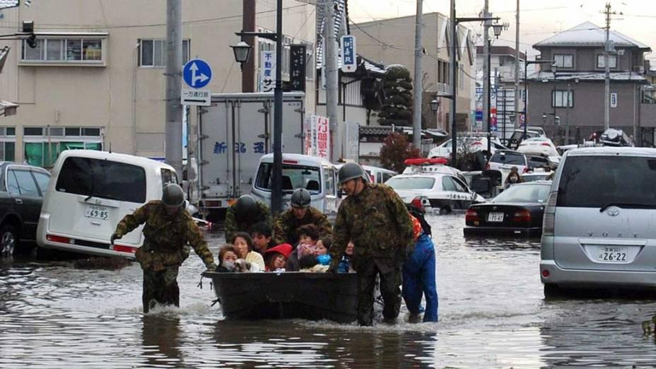 Moradores são resgatados em Tagajo, Japão