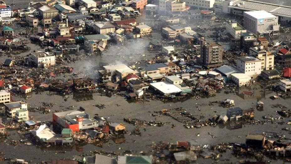 Destruição após o tsunami em Kesennuma, Japão