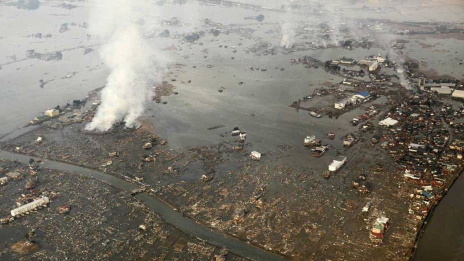 Destruição após a passagem do tsunami em Natori, Japão