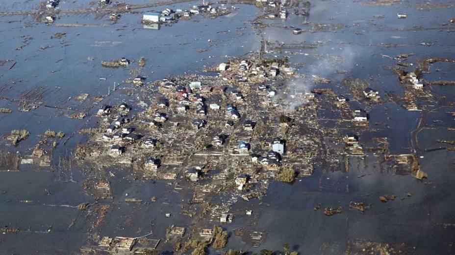 Destruição após o tsunami em Watari, Japão