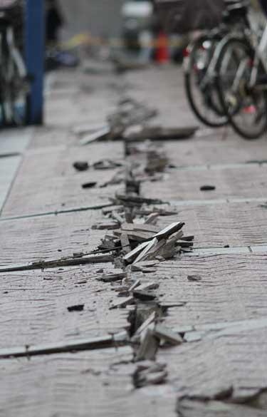 Fissura em rua de Yokohama após terremoto, Japão