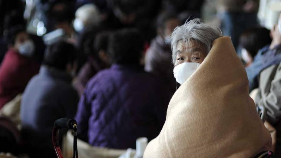 Refugiados em ginásio na cidade de Oarai, Japão