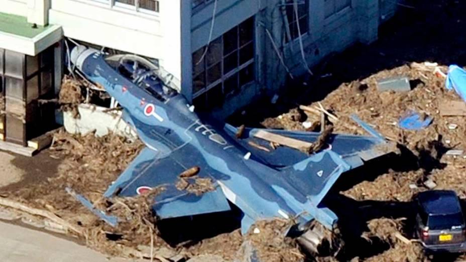 Jato da Força Aérea japonesa arrastado pelo tsunami em Higashimatsushima, Japão