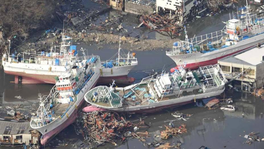 Navios arrastados pelo tsunami em Kesennuma, Japão