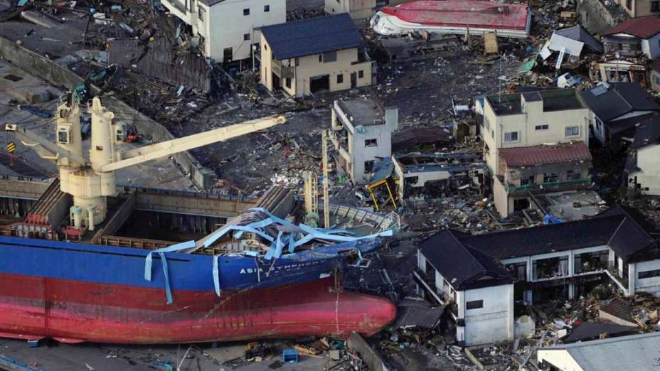 Navio arrastados pelo tsunami em Kamaishi, Japão