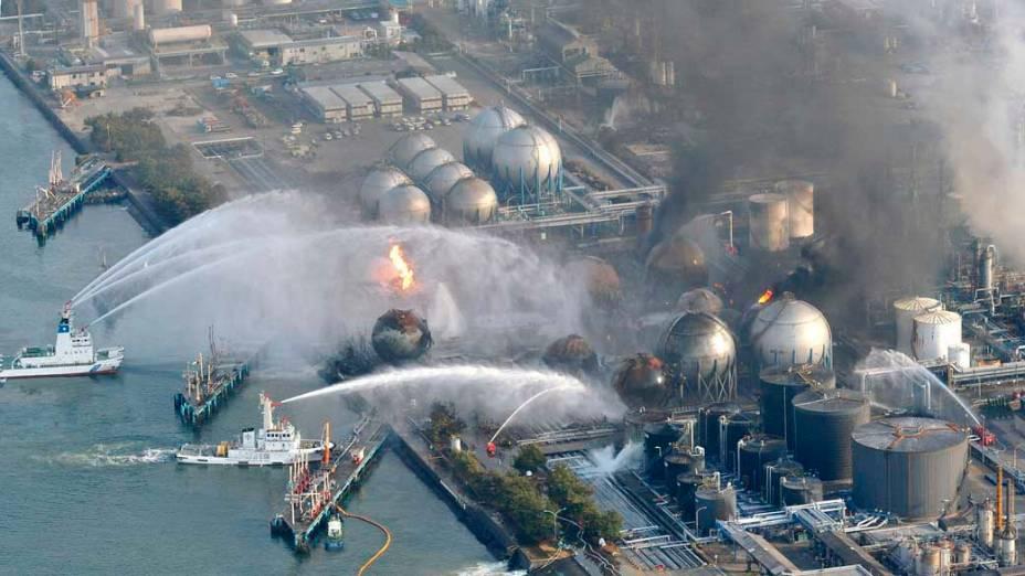 Barcos dos bombeiros tentam controlar o incêndio na refinaria de Ichihara, em Chiba, Japão