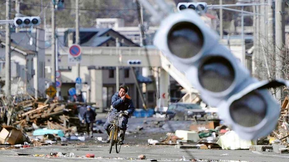 Destruição após o tsunami e terremoto em Miyako, Japão