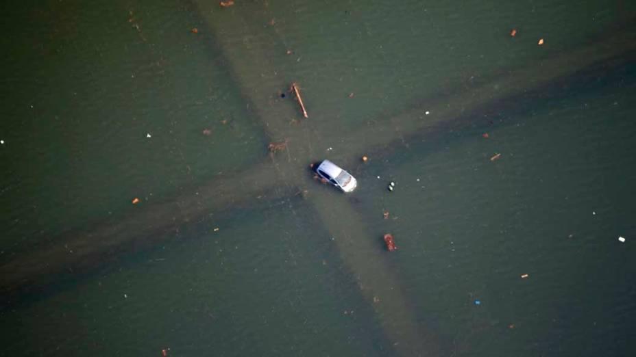 Veículo ilhado após tsunami em Sendai, Japão