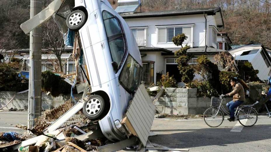Destruição após tsunami e terremoto em Miyako, Japão