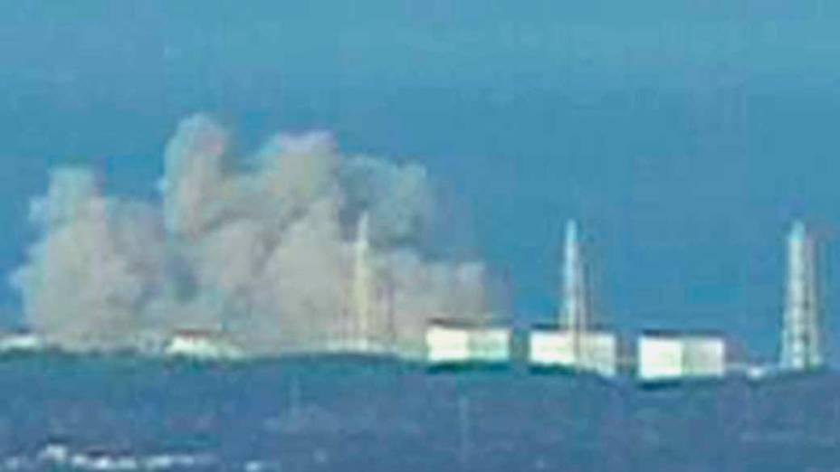 Fumaça na usina nuclear Fukushima Daiichi 1 depois de uma explosão, Japão