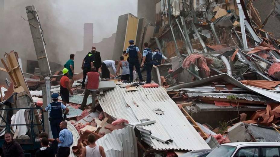 Equipe de resgate procura sobreviventes após o terremoto em Christchurch, Nova Zelândia