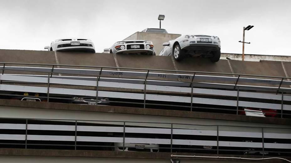 Carros esmagados em estacionamento, após o terremoto em Christchurch, Nova Zelândia