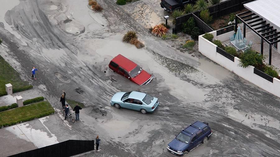 Carros arrastados pela violência do tremor desta terça-feira, 22 de fevereiro, no sul da Nova Zelândia