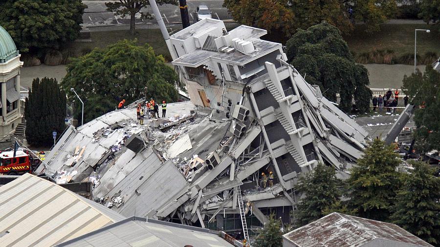 O edifício Pyne Gould Guinness, em Christchurch, ficou destruído; ainda há pessoas soterradas ali