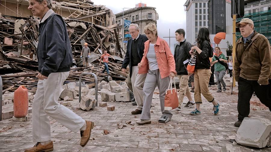Moradores de Christchurch caminham em meio aos escombros depois do terremoto no sul da Nova Zelândia