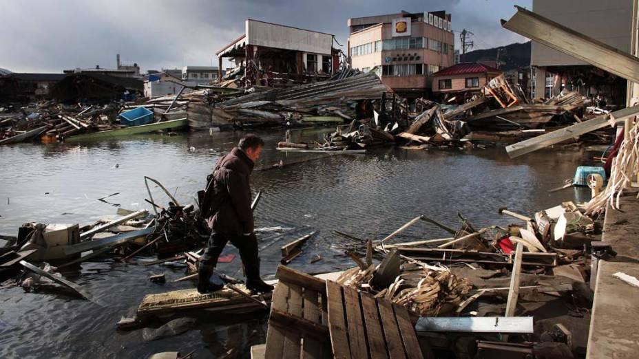 Destruição após tsunami em Kensennuma, Japão