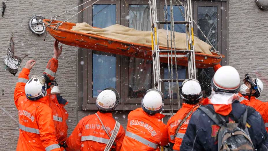 Equipe de resgate retira corpo de casa destruída em Kamaishi, Japão