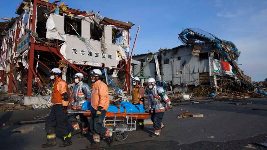 Equipe de resgate retira corpo em Minamisanriku, Japão