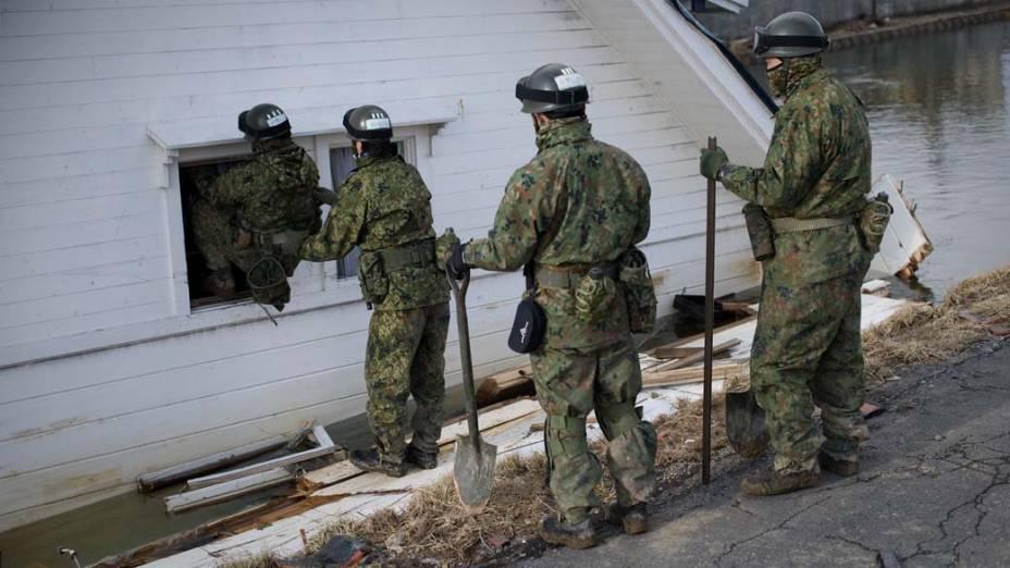Equipe de resgate em Kesennuma, Japão