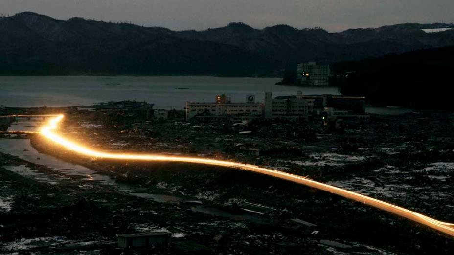 Luzes de veículos na cidade de Minamisanriku, Japão