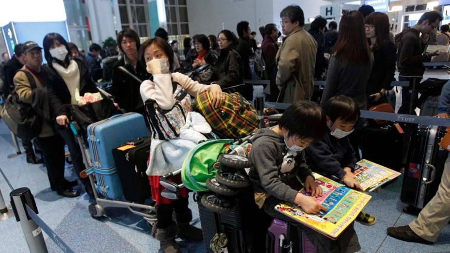 Fila de espera no aeroporto de Haneda em Tóquio, Japão