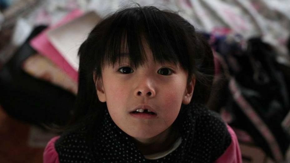 Garota em centro de evacuação na cidade de Kensennuma, Japão