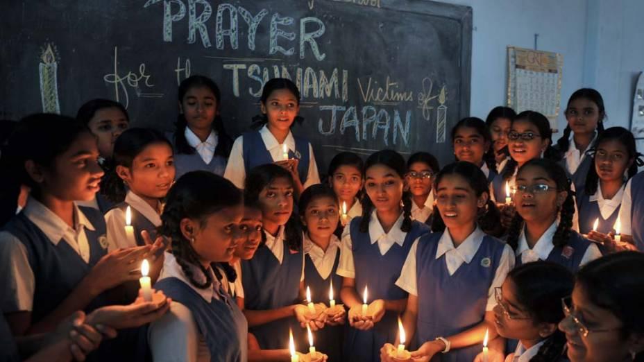 Em Hyderabad, Índia, estudantes oferecem orações em memória das vítimas do terremoto e tsunami japonês