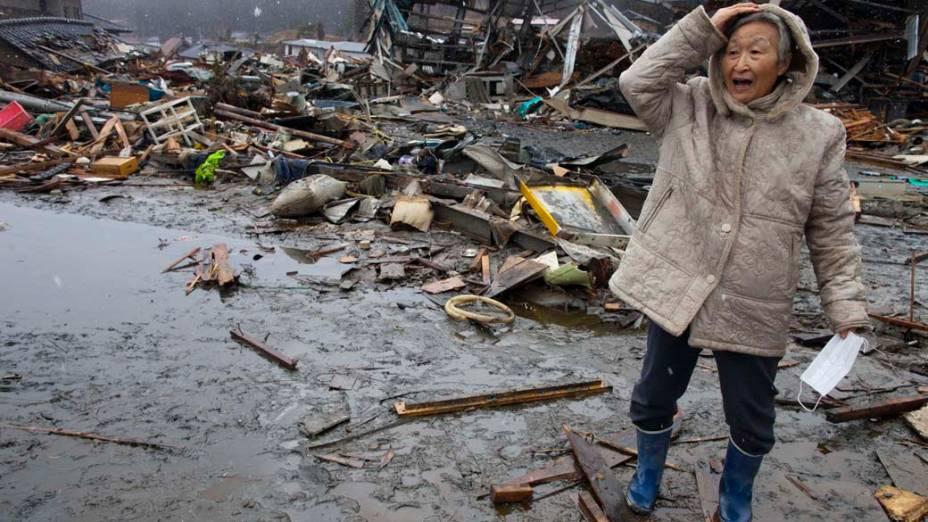 Rishiko, moradora de Kesennuma, ao ver sua casa em escombros, Miyagi, Japão
